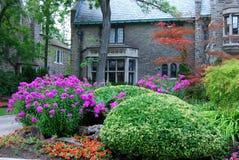Jardin et grande maison photo libre de droits