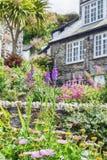 Jardin et maison, port Isaac de village Images stock