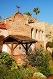 Jardin et puits à la mission San Juan Capistrano image stock