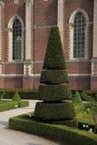 Jardin français à la vieille église gothique en Belgique. Photographie stock libre de droits
