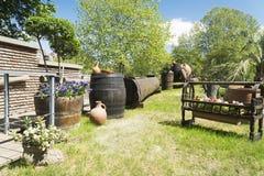 Jardin géorgien avec des barils et des cruches d'aiguille Photographie stock
