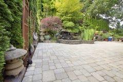 Jardin inspiré asiatique de patio de machine à paver d'arrière-cour image libre de droits
