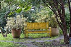 Jardin interne avec le vase à banc et à fleur photo libre de droits