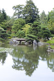 Jardin japonais avec des passerelles Image libre de droits
