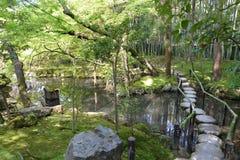 Jardin japonais avec un beau pont et un paysage renversant Photo stock