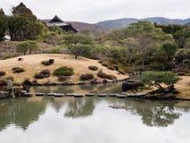 Jardin japonais de paysage avec l'étang - jardin d'Isuien, Nara image libre de droits