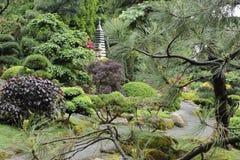 Jardin japonais en été avec la pagoda en pierre Photographie stock libre de droits