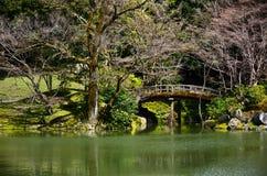 Jardin japonais et pont en bois, ressort au Japon Photos libres de droits