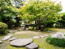 Jardin japonais traditionnel à la résidence d'Ohara dans la ville historique de château de Kitsuki, préfecture d'Oita image stock