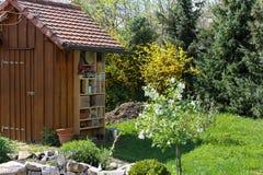 Jardin jeté avec l'hôtel d'insecte Images libres de droits