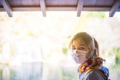 Jardin lumineux de port de masque d'adolescent japonais images stock