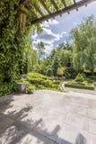 Jardin luxueux avec la terrasse et le patio photos libres de droits