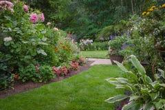 Jardin luxuriant d'arrière-cour Photo stock