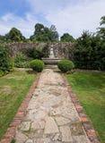 Jardin muré à la maison majestueux anglais images libres de droits