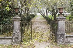 Jardin, porte antique de fer d'entrée, parc, alegre de vue de parque Santi Image libre de droits