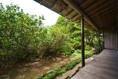 Jardin près de maison Photos stock