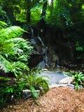 Jardin privé de cascade au château de cajolerie dans la cajolerie, Irlande avec le taqueur Images libres de droits