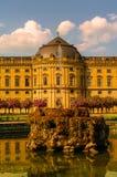 Jardin public à l'arrière-cour de la résidence à Wurtzbourg pendant le su images stock