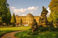 Jardin public à l'arrière-cour de la résidence à Wurtzbourg pendant le su photographie stock