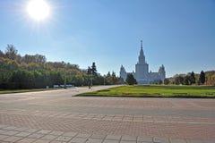 Jardin public devant l'université de l'Etat de Moscou Photographie stock
