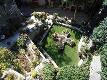 Jardin reculé dans le couvent photographie stock libre de droits