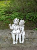Jardin, sculpture, garçon, fille, seule, livre, lisant Images libres de droits