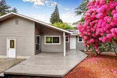 Jardin soigné d'arrière-cour de maison d'équilibre de voie de garage avec la plate-forme en bois de débrayage photos libres de droits