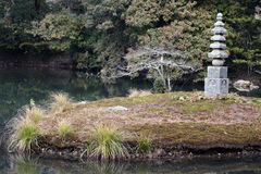Jardin statuaire de Kinkaku-ji de caractéristique de pagoda en pierre Image stock