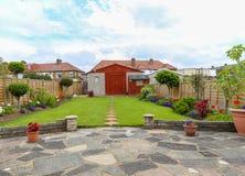 Jardin suburbain, maison mitoyenne Images stock