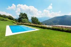 Jardin vert avec la piscine photo libre de droits