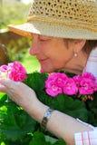 Jardinage aîné de femme Photo libre de droits