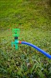 Jardinage Arroseuse automatique de pelouse sur l'herbe verte extérieur Photo libre de droits
