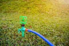 Jardinage Arroseuse automatique de pelouse sur l'herbe verte extérieur Image stock