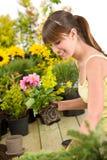 Jardinage - bac de fleur de sourire de fixation de femme photo libre de droits