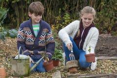 Jardinage d'enfants de garçon et de fille Photo libre de droits