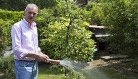 Jardinage d'homme aîné images libres de droits