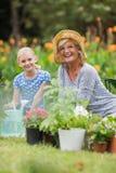 Jardinage de grand-mère et première génération heureux Image libre de droits