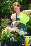 Jardinage de jeune femme extérieur Photographie stock libre de droits
