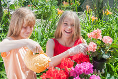 Jardinage de jeunes filles Photographie stock libre de droits