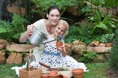 Jardinage de mère et d'enfant Photos libres de droits