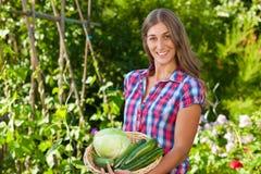 Jardinage en été - femme avec des légumes Photographie stock libre de droits