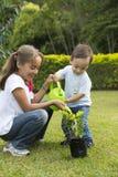Jardinage heureux d'enfants Photos stock