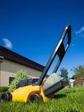 Jardinage Pelouse de fauchage avec la tondeuse à gazon jaune Photographie stock libre de droits