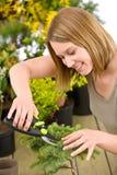 Jardinagem - árvore dos bonsais do aparamento da mulher fotos de stock royalty free