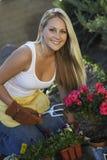 Jardinagem bonita da mulher Imagem de Stock