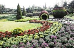 Jardinagem com estátua do potenciômetro Fotos de Stock Royalty Free
