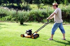 Jardinagem - cortando a grama fotografia de stock