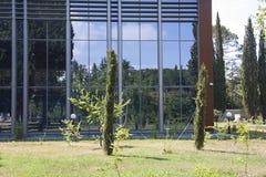 Jardinagem perto da construção moderna Fotos de Stock Royalty Free