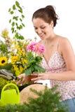 Jardinagem - potenciômetro e pá de flor da terra arrendada da mulher imagens de stock