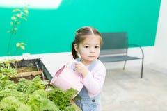Jardinar é uma grande maneira de ensinar as crianças que são responsáveis foto de stock royalty free